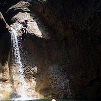 8 Meter Sprung in smaradgrünes Wasser