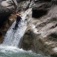 Rutsche über einen kleinen Wasserfall