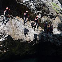 mehrere Personen gleichzeitig beim Springen ins Wasser