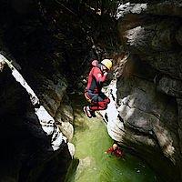 8 Meter Sprung in der Canyoningtour Grabenbach