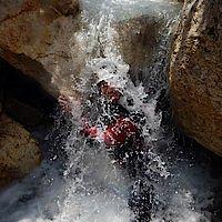 auf den Helm sprudelnder Wasserfall