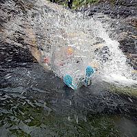 beim Auftreffen auf die Wasseroberfläche fotografiert