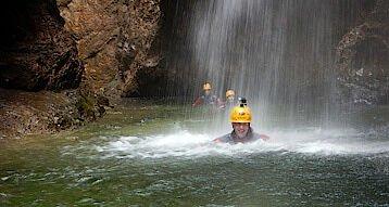 schwimmen durch einen Wasserfall