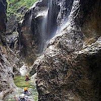 Wasserfälle an den Schluchtwänden
